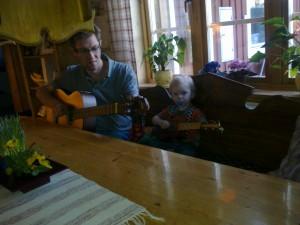 Alvin och pappa Rolle i mormors kök.